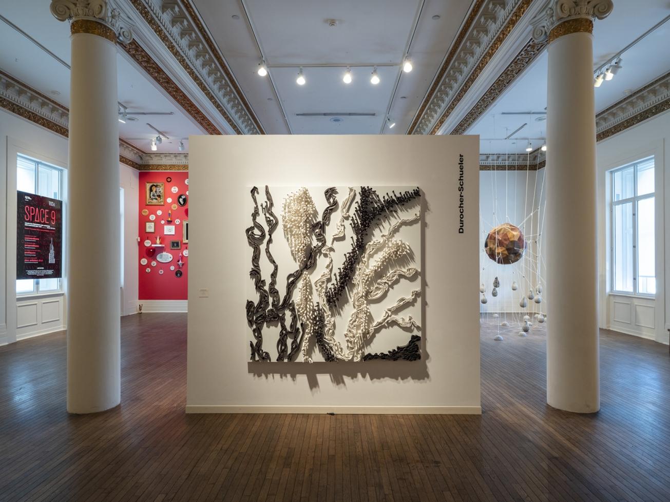 rosion- arborescence - rhizomes 72 po X 72 po céramique sur bois Musée des beaux arts de Sherbrooke crédit photo François Lafrance © 2019